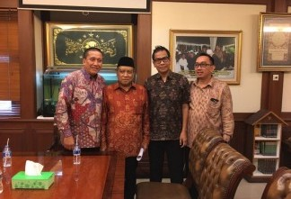 Solihin, Corporate Affairs Director Alfamart (paling kiri), dan management Alfamart berfoto bersama